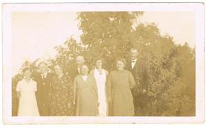 14.Från vänster: Svea Larsson (Cederlund), Karl Cederlund och hans fru Alma ( Svea blev uppfödd hos dom), Oskar Cederlund och hans fru Hermanna Cederlund (Boström), Iris Jakobsson (Cederlund).