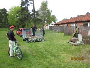 Hämtning av cementplattor vid vår granne Geert. Han skall bygga trädäck så vi tog hand om dom gamla plattorna. Besök av en annan granne, Folke Jacobsson. IMG_1637