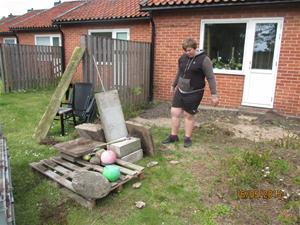 Hämtning av cementplattor vid vår granne Geert. Han skall bygga trädäck så vi tog hand om dom gamla plattorna. Emil lastar. IMG_1641