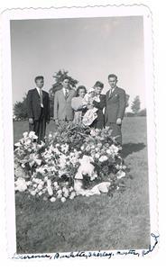 13.Begravning för Aron Boström, Hermannas Cederlunds bror som utflyttade till USA. Sjätte juni 1948.