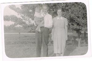 20.Helge Cederlund och hans fru Ragnhild samt förmodligen deras son Lennart eller Owe. Framför det stora päronträdet, som fortfarande finns kvar