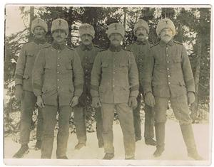 15.En trupp militärer. Oskar Cederlund tvåa från höger.