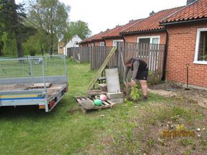 Hämtning av cementplattor vid vår granne Geert. Han skall bygga trädäck så vi tog hand om dom gamla plattorna. Emil lastar. IMG_1640