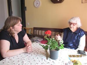 Emil, Maria och jag gratulerar mor Iris. Hon fyller 94 år på onsdag 20/5. Emil klippte gräset och jag tog bort några telefonkablar, sen fikade vi. IMG_1631