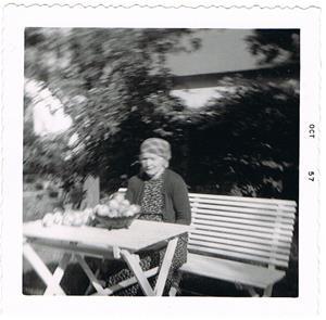 25.Teresia Båtelsson (Cederlund) oktober 1957, vid hennes hem på Rangsarve i Näs.