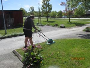 Emil klipper gräset hos hans farmor Iris på Hemse. IMG_1632