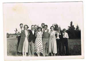 1.Förmodligen en ungdomskonferans. Bilden tagen på Klinteberget på trettiotalet. Mor Iris trea fr höger, Emmy (Iris syster) i rutig klänning, Karin Svahns syster Kerstin i kappa, längst bak är Helge Cederlund. Övriga okända