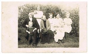 27. Hilmer Cederlund (Oskar Cederlunds bror) och hans fru Ingegärd (stående) och deras barn. Restrerande okända.