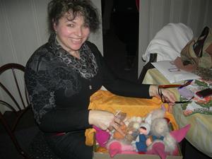 Dagmar Kuncová med sina fina handgjorda leksaker i Waldorffs stil