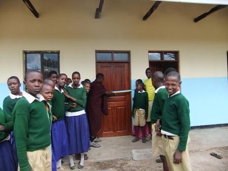 1. Lengai klipper det blå-gula bandet och inviger den nya skolan