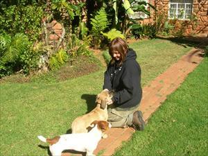 Camilla med hundarna på farmen