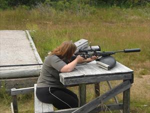 Camilla tränar skytte med klass 1
