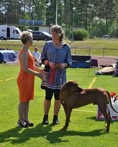 Stolt ägare Åsa med domare Liz Storey