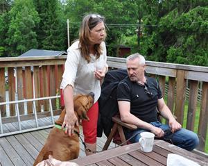 Leo med sina ägare Lasse och Helene, som berättade om hur duktig Leo är i viltspårs-skogen!