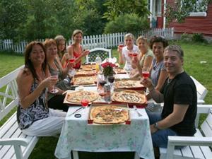Det härliga gänget firar sista kvällen med pizza och rosa Champagne:=) (foto.Helena Siren)