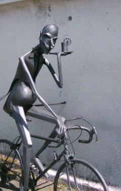 Plastika -číšník na kole