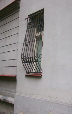 kovaná oblouková mříž