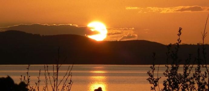 Sun-over-lake-in-Ireland-690x300