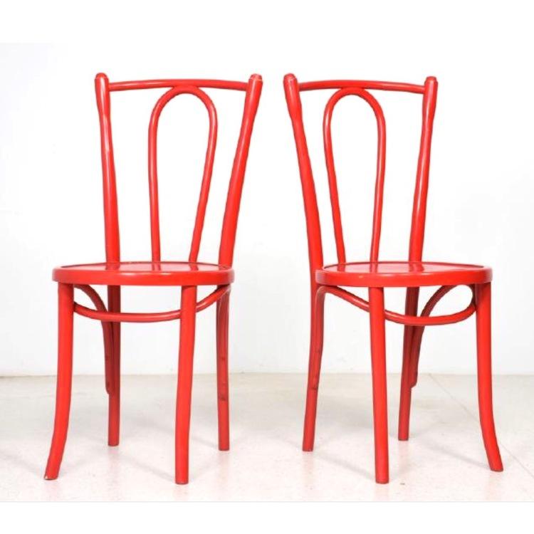 Rödmålade stolar i Thonet-modell