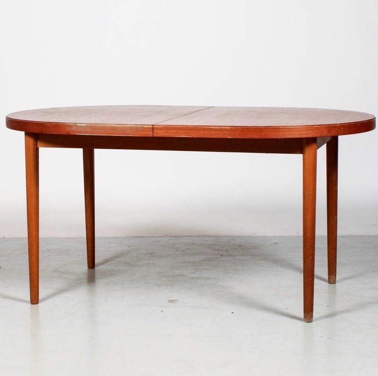 Ovalt teakbord. Formgivet av Bertil Fridhagen för Bodafors