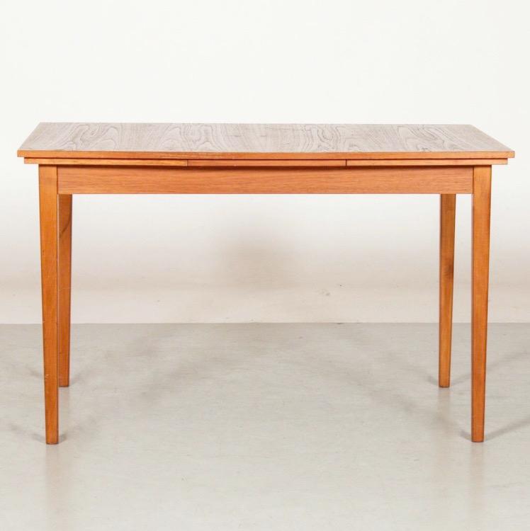 Lätt elipsformat matbord i teak med utdrag.
