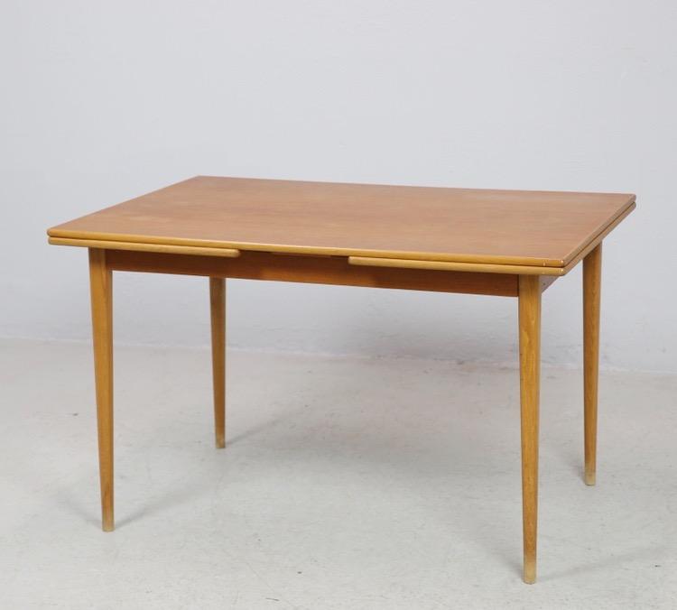 Matbord i teak med två utdragskivor
