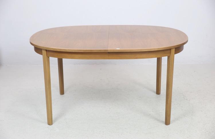 Ovalt matbord i valnöt