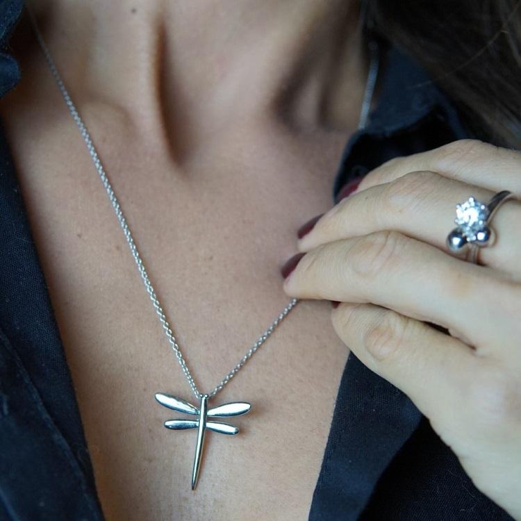 halsband med silverslända och rhodium plätering designad av By Björk