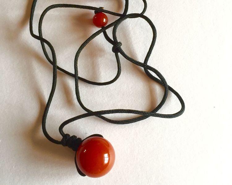 Halsband rund pärla röd (agat)