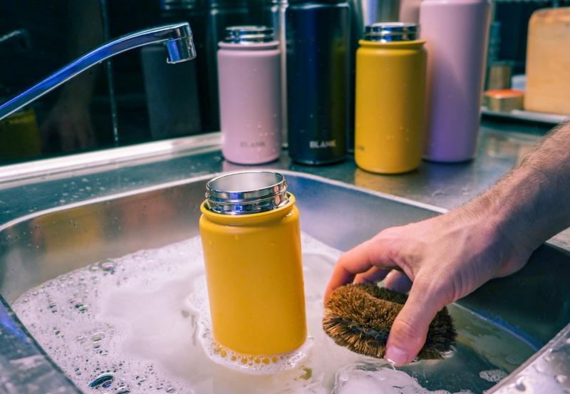 4 knep för hur du rengör din vattenflaska och termos – och får dem att hålla längre