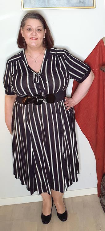 Randig svart/vit klänning med skärp i midjan
