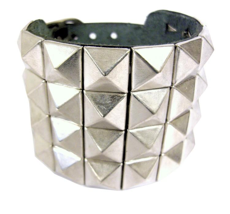 Armband med pyramidnitar