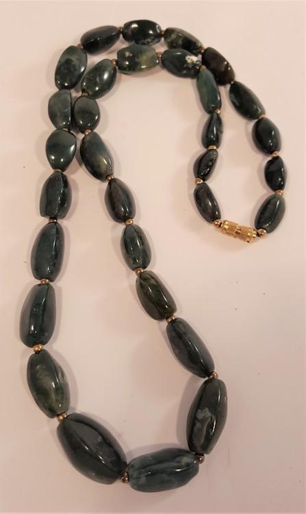 Halsband av mörk mossagat, avlånga runda stenar - 64 cm