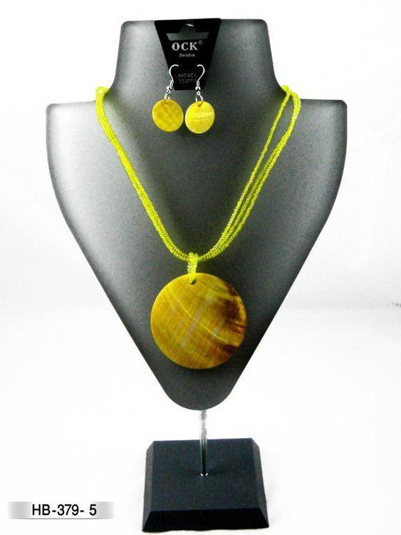 Halsband snäckskal gul med örhänge