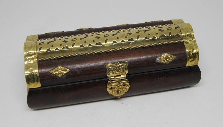 Litet snidat handgjort träskrin med metallbeslag