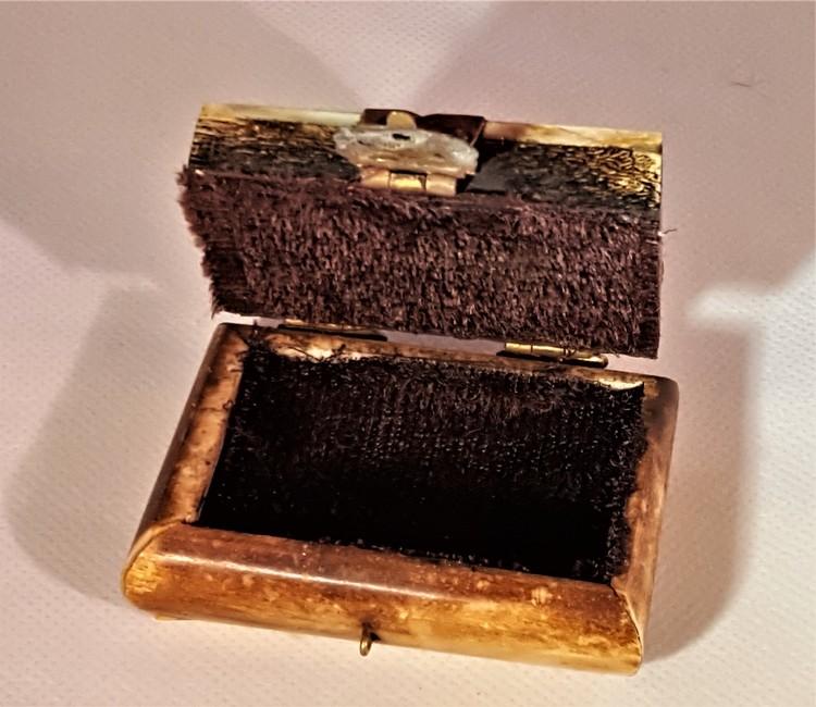 Litet fyrkantigt dekorerat träskrin med metallbeslag, handgjort
