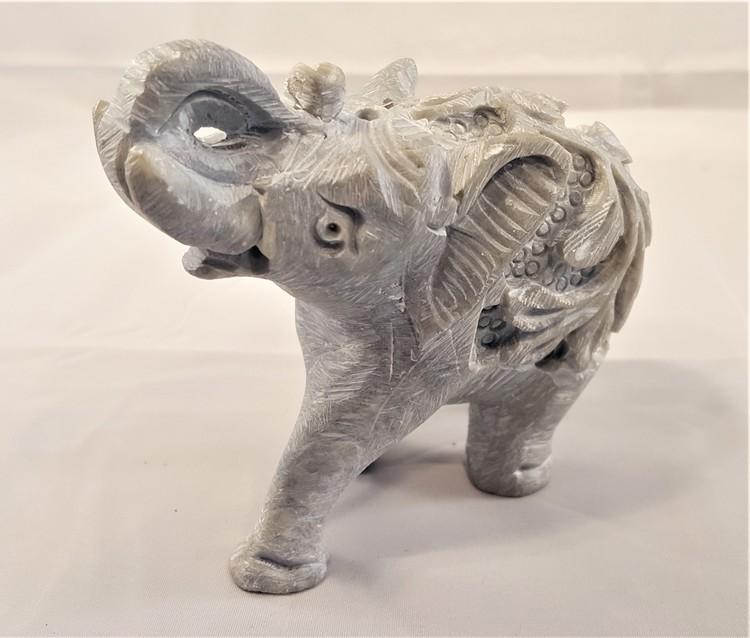 Handgjord elefant utskuren i sten