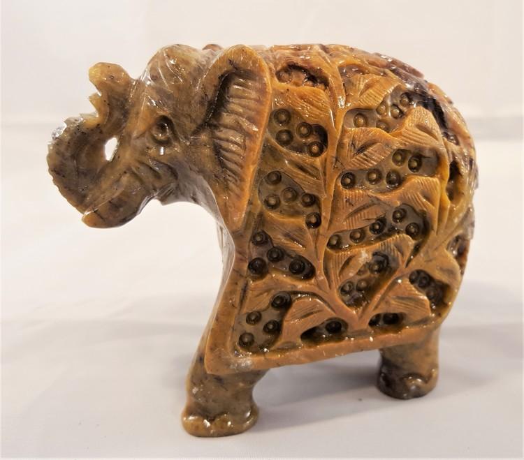 Handgjord uttäljd elefant med mantel