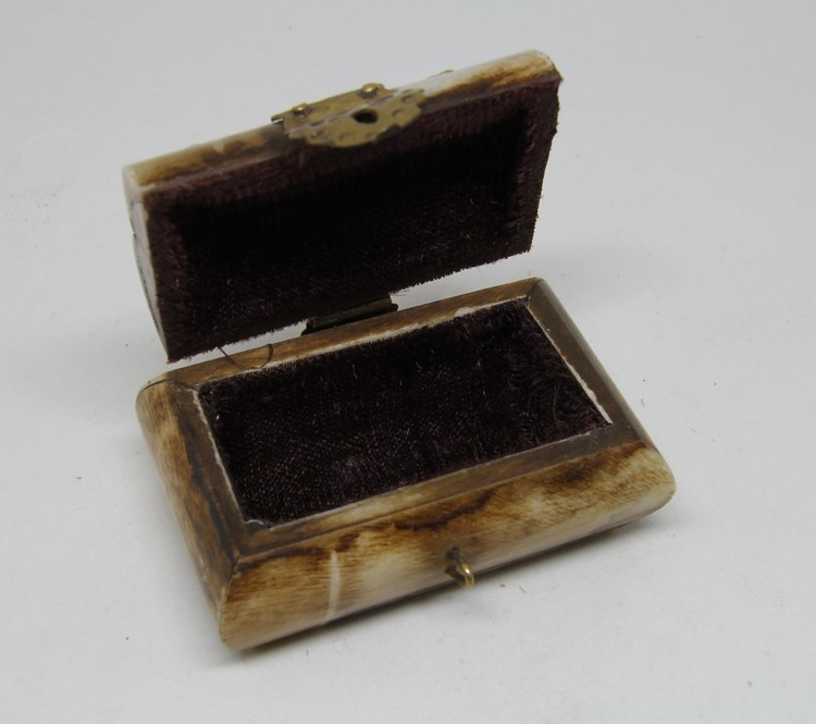 Litet dekorerat träskrin med metallbeslag, handgjort