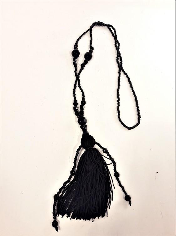 Halsband av olika pärlor, med tofs