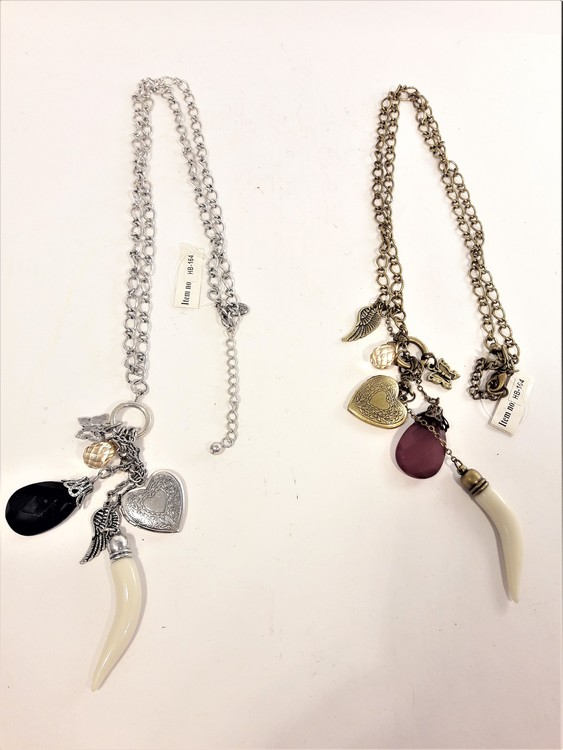 Vackert och dekorativt halsband med hänge med fjäril, änglavinge, bete, stenar och hjärta. 2 varianter