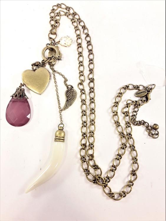 Halskedja i bronsfärg med hjärta hjärta, bete, stenar mm