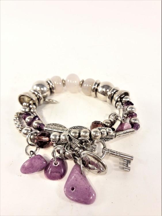 Armband med berlocker och stenar i lila