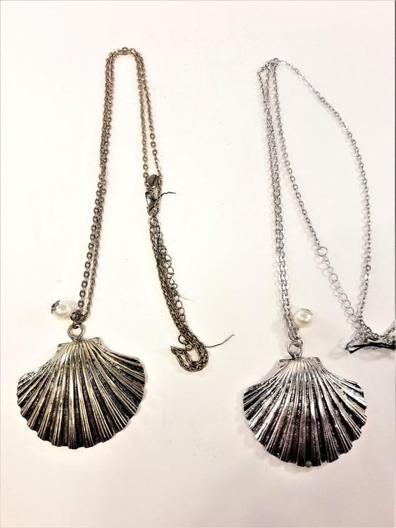 Halsband med snäcka i metall guld eller silverfärg