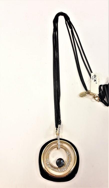 Halskedja med metallhänge med guldfärgade detaljer och strass