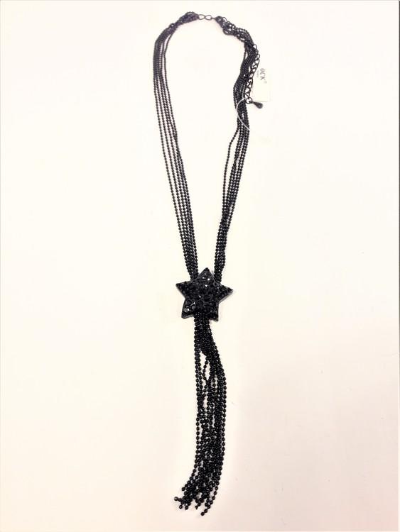 Halsband av små pärlor med hänge som sjöstjärna i svart
