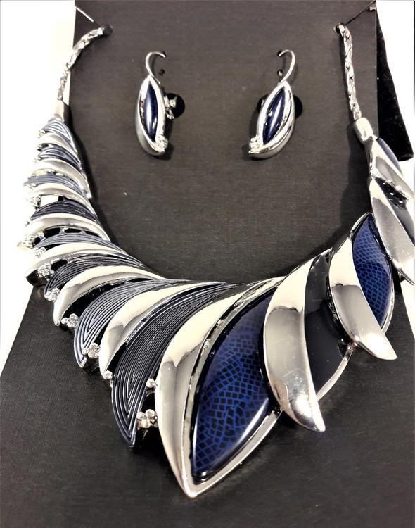 Dekorativt, tungt och vackert lyxhalsband och örhängen med vackra skimrande stenar i blått