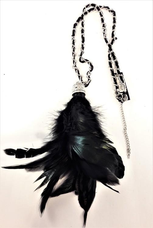 Halsband med mockarem, kedja och hänge med svarta fjädrar