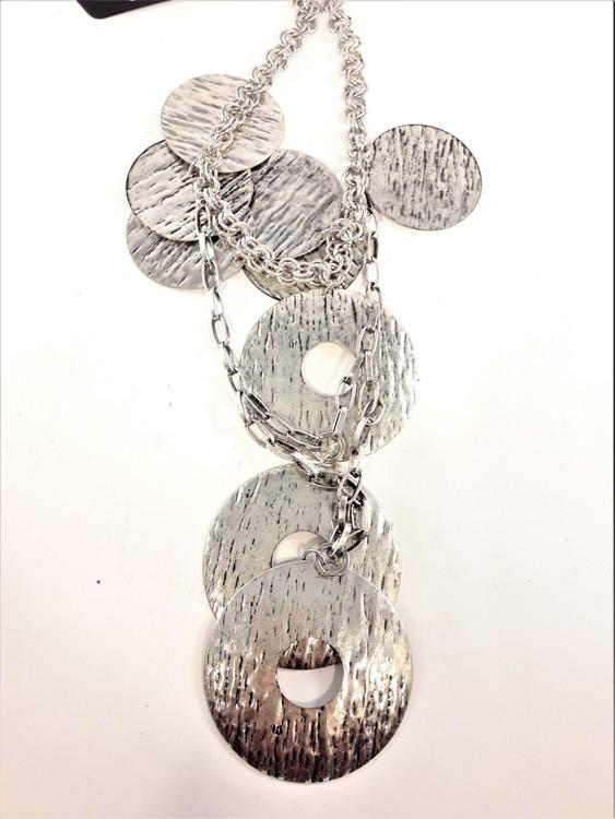 Halskedja med silverfärgade plattor och ringar