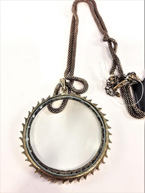 Guldfärgad halskedja med förstoringsglas i antik stil